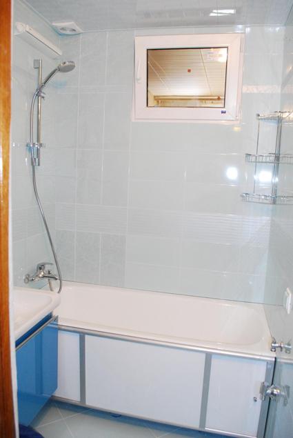 Как закрыть окно между ванной и кухней